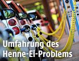 Mehrere Elektroautos an einer Tankstelle