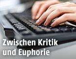 Frau schreibt auf einer Tastatur