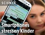 Mädchen zeigt ein Smartphone