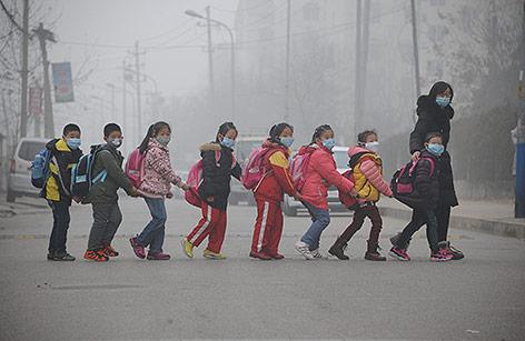 Kinder beim überqueren einer Straße