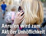 Frau telefoniert mit einem Mobiltelefon