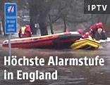 Rettungskräfte mit Schlauchbooten