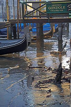 Venezianische Gondeln im Schlamm