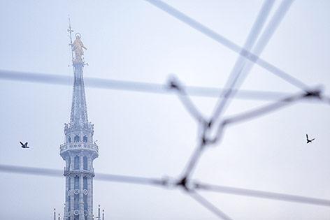 Madonnenstatue auf der Spitze des Mailänder Doms im Smog