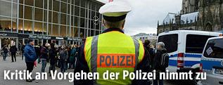 Polizist auf dem Vorplatz des Kölner Hauptbahnhofes