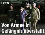 """Soldaten eskortieren den mexikanischen Drogenboss Joaquin """"El Chapo"""" Guzman"""