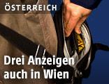 Mann stieht Geldbörse aus einer Handtasche