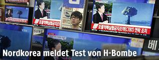 Bildschirme mit nordkoreanischer Nachrichtensendung