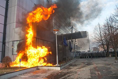 Flammen an Regierungsgebäude in Pristina