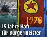 Eine auf ein Tor gemalte PKK-Flagge