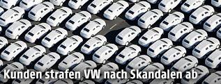 Mehrere VW-Neuwagen auf einem Parkplatz mit einer Parklücke
