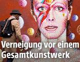 Porträt von David Bowie als Ziggy Stardust auf einer Hausmauer