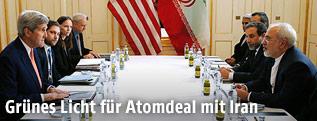 US-Außenminister John Kerry sitzt Irans Außenminister Javad Zarif gegenüber