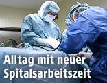 Zwei Ärzte führen eine Operation durch