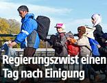 Mehrere Flüchtlinge überqueren eine Brücke