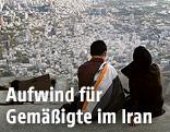 Iranisches Pärchen blickt über Teheran