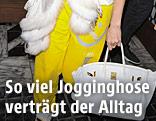 Jennifer Lopez trägt eine gelbe Jogginghose