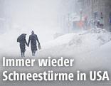 Ein Paar während eines Schneesturms auf der Straße
