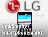 LG Smartphone vor dem LG-Logo