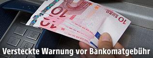 Geldabhebung an einem Bankomaten