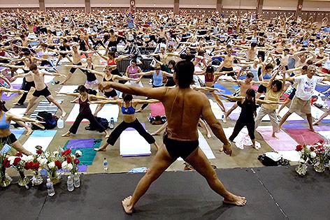 Archivaufnahme von Bikram Choudhury während einer Yoga-Stunde aus dem Jahr 2003