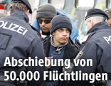 Polizisten und Flüchtlinge