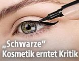 Frau schminkt sich ihr Auge mit einem schwarzen Kajal