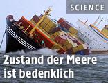Containerschiff in Schieflage auf offener See