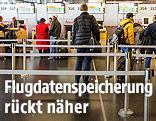 Flugpassagiere beim Check-in-Schalter am Flughafen Schwechat