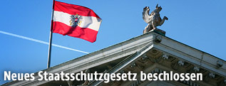 Österreichische Fahne auf dem Dach des Parlaments