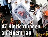 Demonstranten mit Schildern des schiitischen Scheichs Nimr al-Nimr