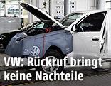 Ein VW Amarok erhält in einer Werkstatt ein Softwareupdate