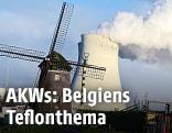 Eine Windmühle vor dem belgischen Atomkraftwerk Doel