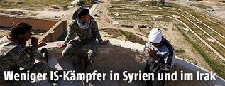 Schiitische Kämpfer sitzen auf einem Turm
