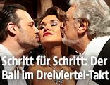 Dirigent Sascha Goetzel und Opernstar Placido Domingo geben Sopranistin Olga Peretyatko ein Küsschen