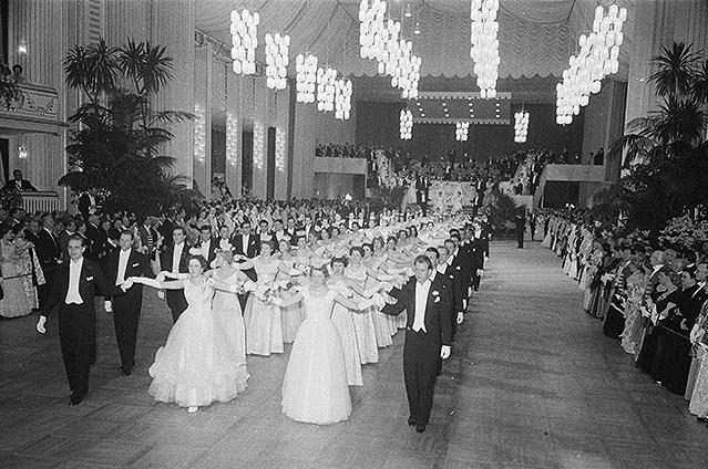 Eröffnung des ersten Wiener Opernballs nach dem Krieg (1959)