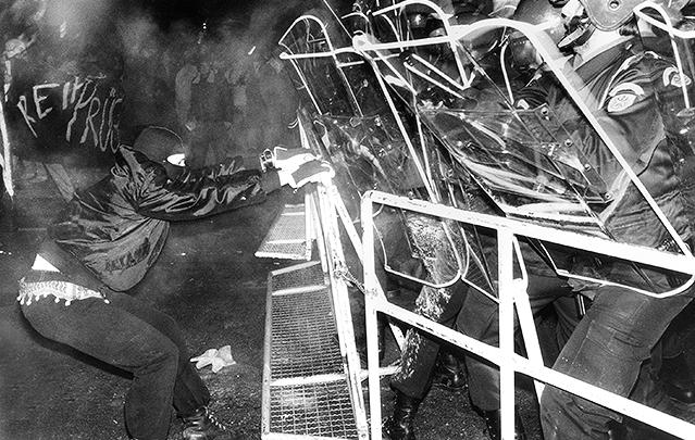 Demonstrant vor der Wiener Staatsoper (1989)