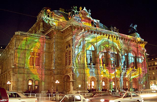 Licht-Installationen an den Außenwänden der Oper (1994)