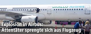 Flugzeug mit Loch von einer Sprengung