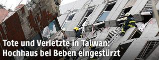Einsätzkräfte durchsuchen eingestürztes Haus