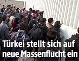 Syrische Flüchtlinge an der türkischen Grenze