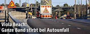 Arbeiter reparieren das Tor nach dem schweren Unfall auf der schwedischen Brücke in Sodertalje