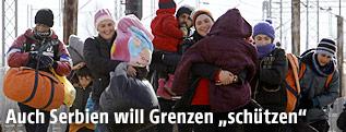 Flüchtlinge auf dem Weg zur serbischen Grenze