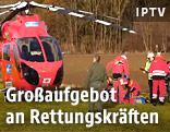 Rettungshubschrauber und Einsatzkräfte
