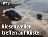 EIn Auto wird von Meerwasser umspült