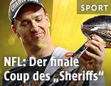 Peyton Manning mit Pokal