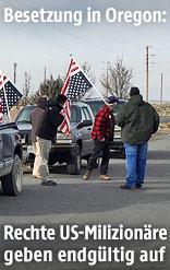 Mitglieder der Oregon-Bürgerwehr mit Fahnen