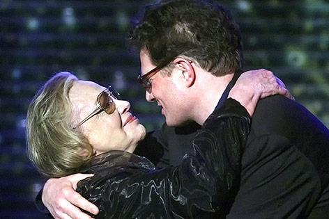 Archivbild aus dem Jahr 2000: Roger Willemsen umarmt Hildegard Knef