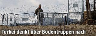 Ein türkischer Soldat an der syrisch-türkischen Grenze