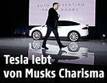 Tesla-Chef Musk bei der Präsentation eines Tesla